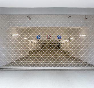 geschlossenes Gitter Rolltor Einfahrt Tiefgarage  Matthias Buehn