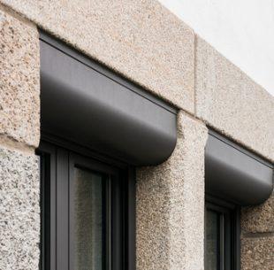 Zwei Fenster mit Vorbaurolllden im Detail